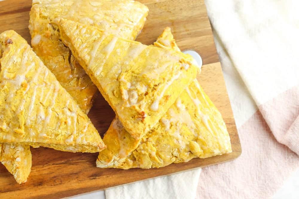 scones veganos saudáveis com abóbora em uma tábua de corte, regados com esmalte de bordo